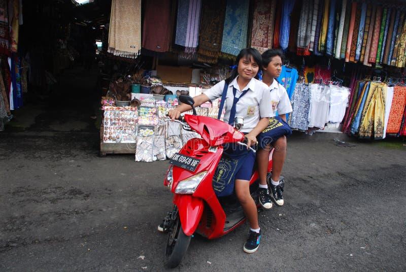 Estudantes indonésias em um velomotor fotografia de stock
