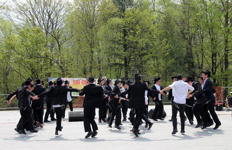 Estudantes judaicos de dança imagens de stock royalty free