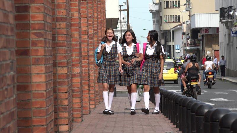 Estudantes latino-americanos adolescentes fêmeas felizes fotografia de stock