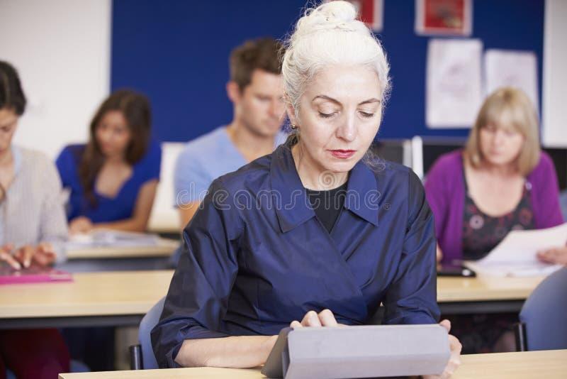 Estudantes maduros na classe da educação para adultos fotografia de stock