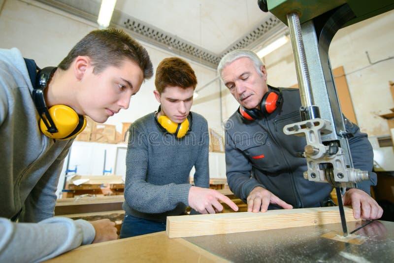 Estudantes masculinos na classe da carpintaria fotos de stock