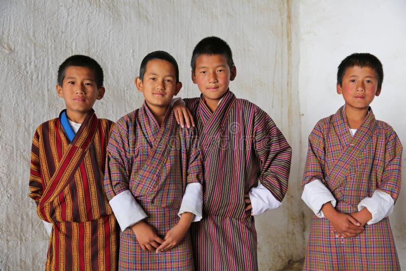 Estudantes masculinos no festival local, Butão imagens de stock royalty free