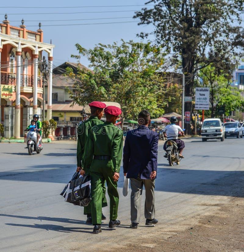 Estudantes militares que andam na rua imagem de stock royalty free