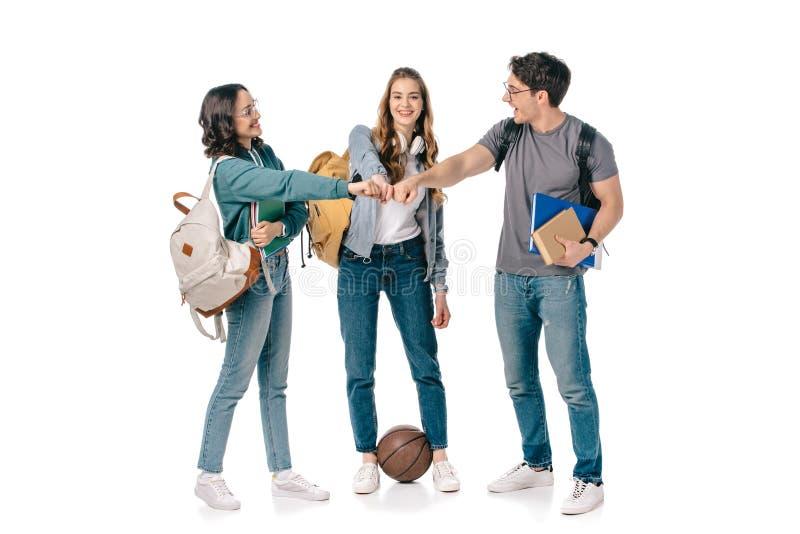 estudantes multiculturais felizes que fazem a colisão do punho fotos de stock