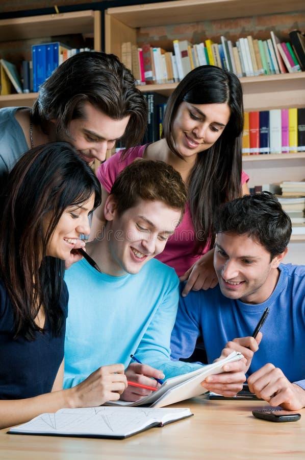 Estudantes na biblioteca de faculdade foto de stock royalty free