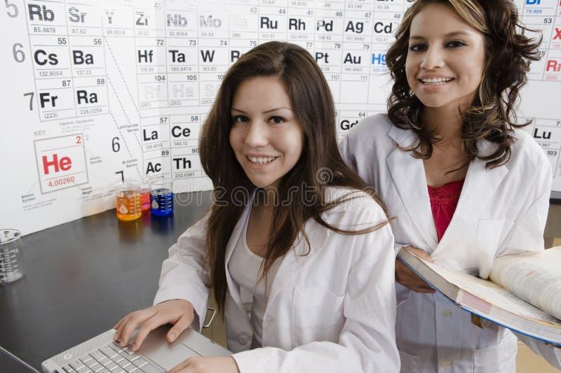 Estudantes na classe da ciência fotos de stock