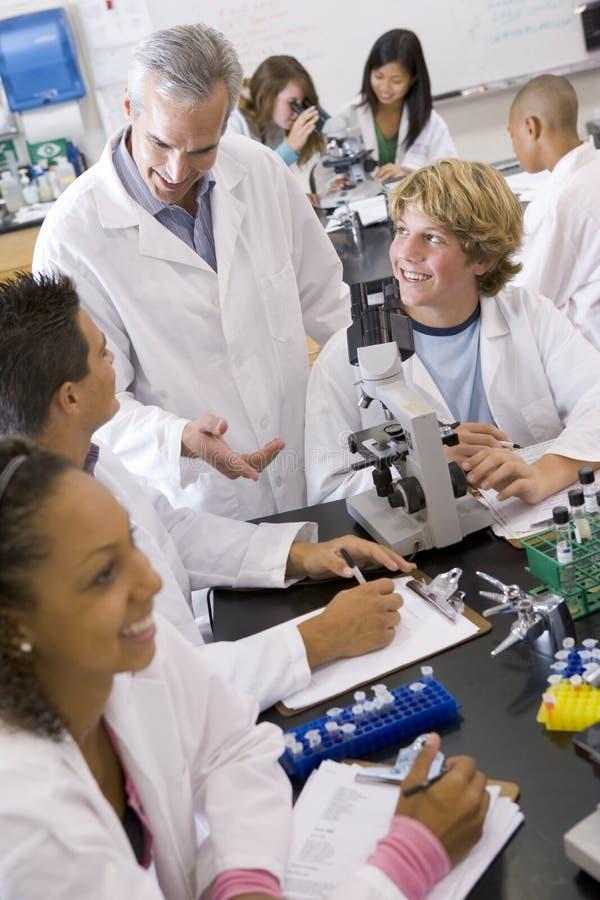 Estudantes na classe da ciência fotografia de stock