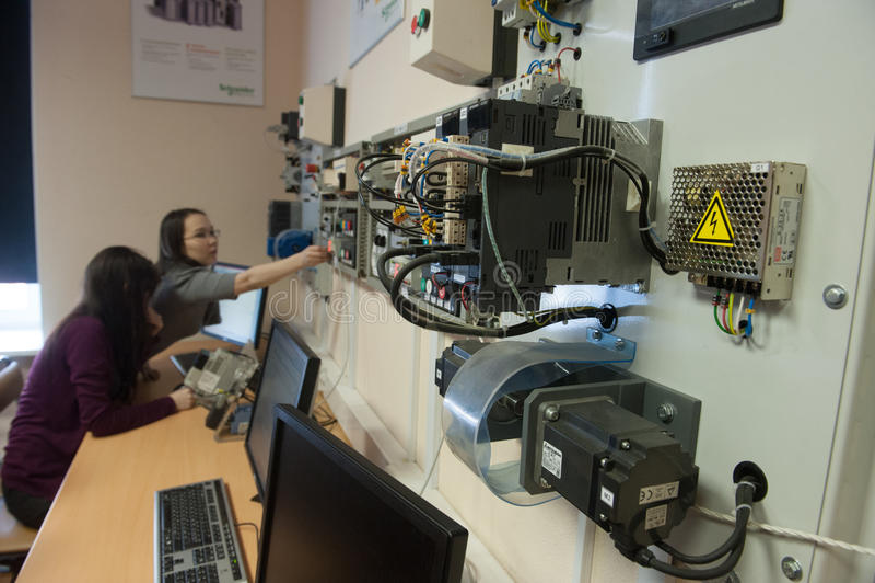 Estudantes na classe de equipamento bonde Schneider Electric fotografia de stock royalty free