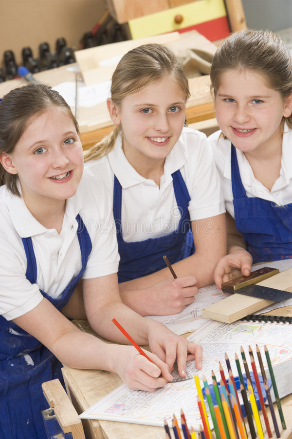 Estudantes na classe do woodwork foto de stock