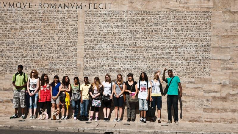 Estudantes na inscrição romana dianteira, Roma foto de stock royalty free