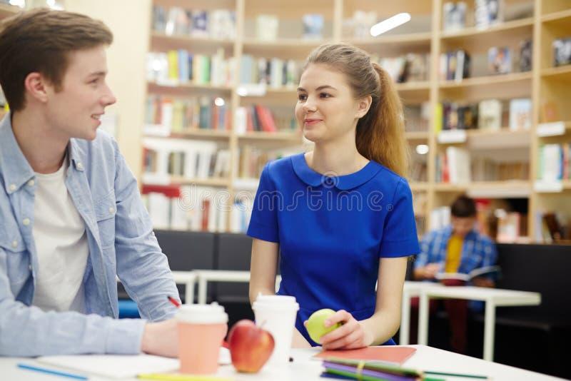 Estudantes na pausa para o almoço imagens de stock royalty free