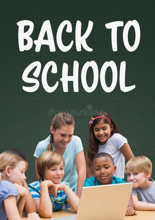 Estudantes na tabela que olha um computador contra o quadro-negro verde com de volta a texto de escola ilustração royalty free