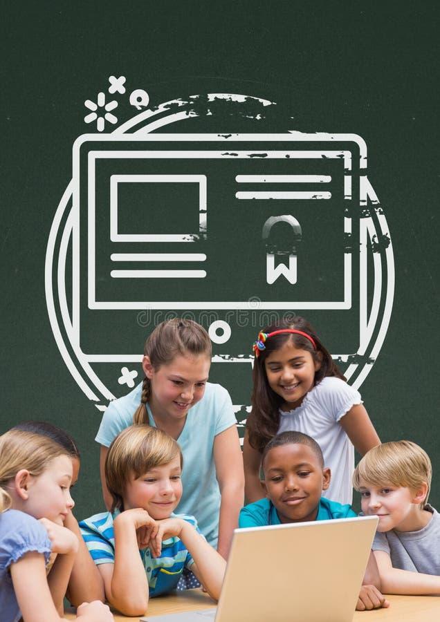 Estudantes na tabela que olha um computador contra o quadro-negro verde com escola e gráfico da educação imagens de stock