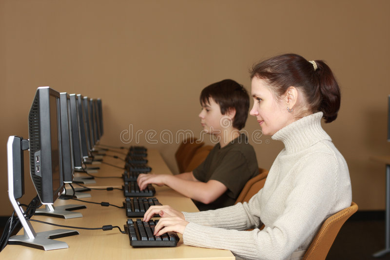 Estudantes no laboratório do computador imagem de stock royalty free