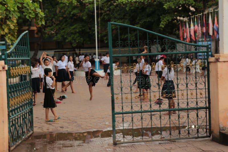 Estudantes no uniforme em Ásia foto de stock