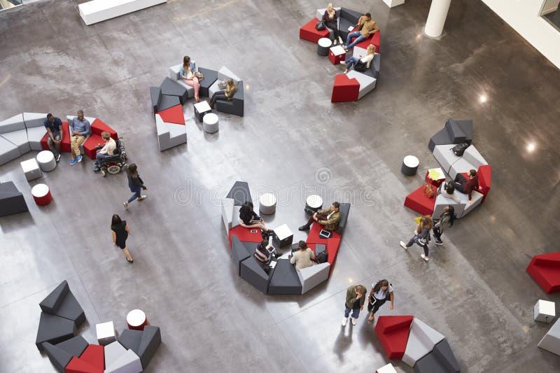 Estudantes no vestíbulo da universidade moderna, vista elevado fotos de stock