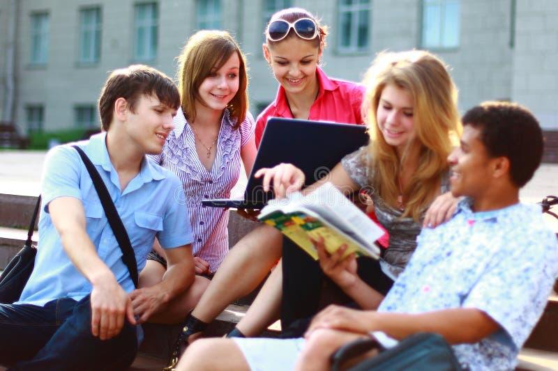 Estudantes novos alinhados fotografia de stock
