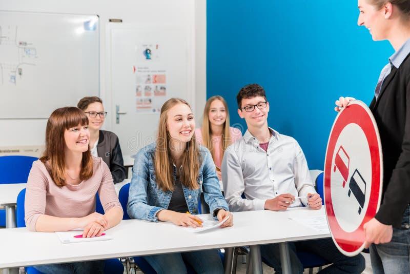 Estudantes que alistam a seu professor em conduzir a classe fotos de stock royalty free