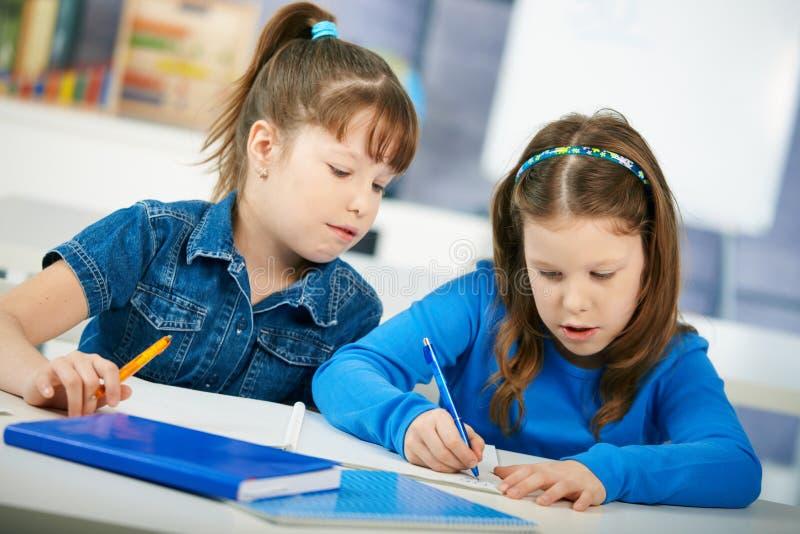 Estudantes que aprendem na sala de aula fotografia de stock
