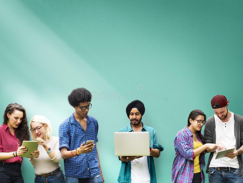 Estudantes que aprendem a tecnologia social dos meios da educação foto de stock