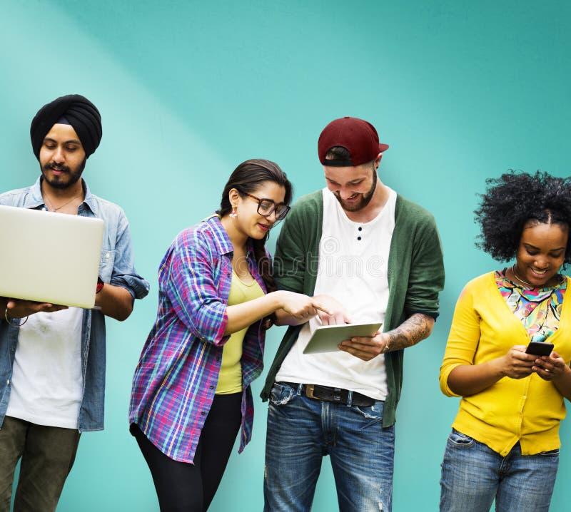Estudantes que aprendem a tecnologia social dos meios da educação imagem de stock royalty free