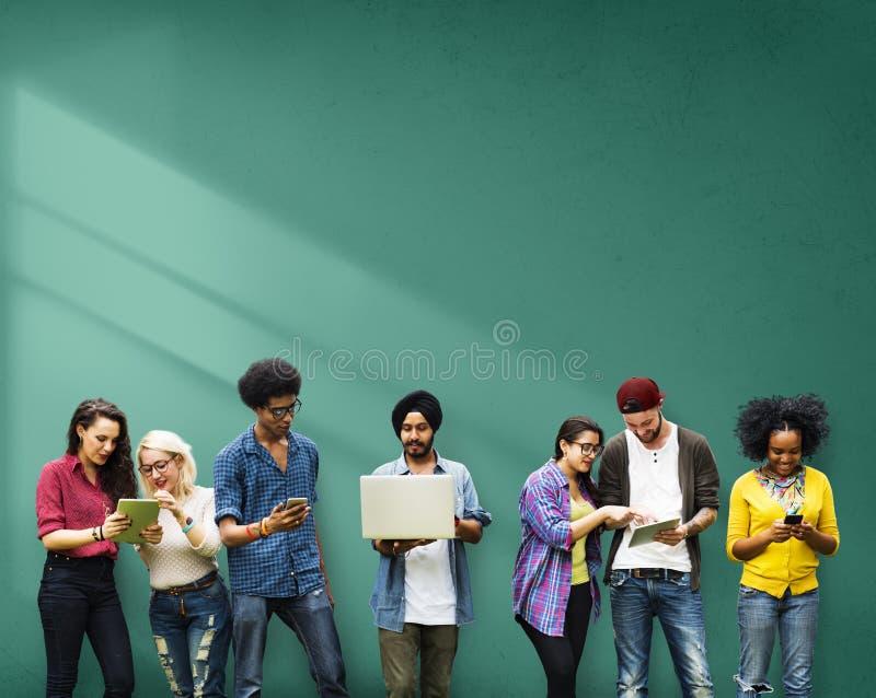 Estudantes que aprendem a tecnologia social dos meios da educação imagens de stock