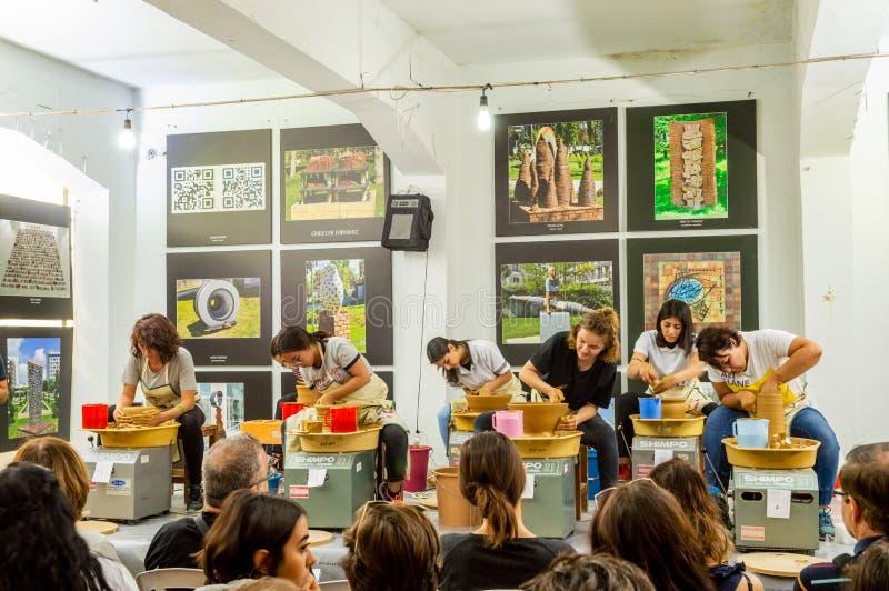 Estudantes que atendem à competição da cerâmica no simpósio imagem de stock