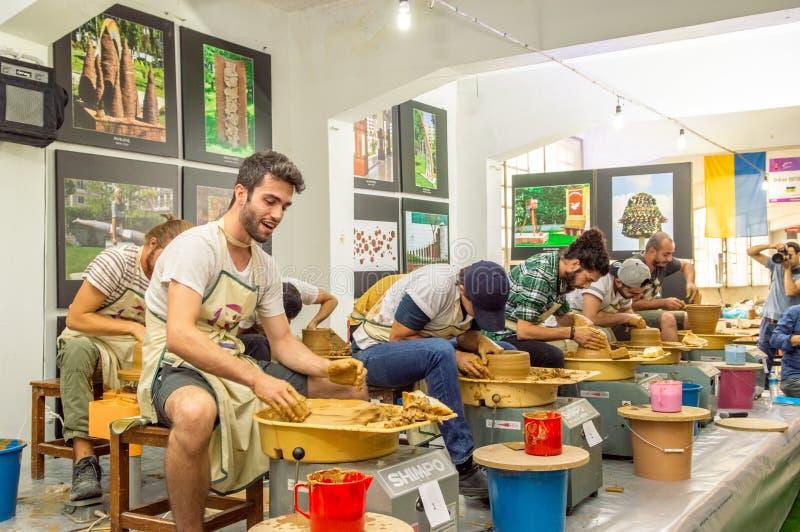 Estudantes que atendem à competição da cerâmica no simpósio imagem de stock royalty free