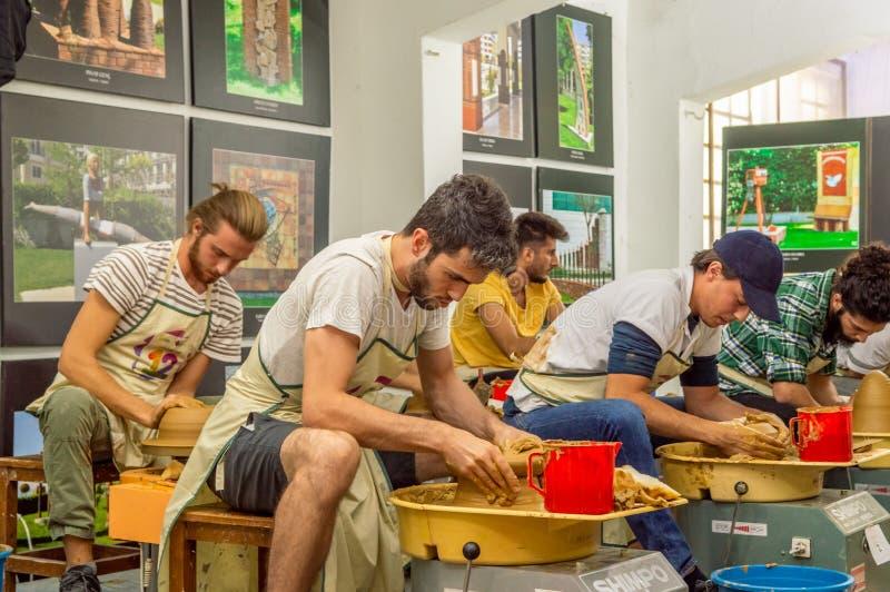 Estudantes que atendem à competição da cerâmica no simpósio fotografia de stock royalty free