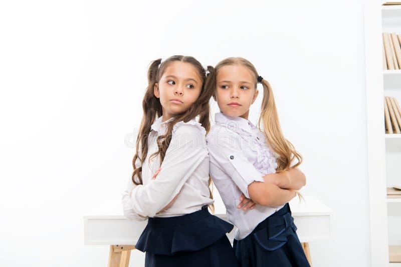 Estudantes que estão de volta à parte traseira Cada dia melhor Pouco crianças amigáveis dos colegas das estudantes Melhores amigo fotos de stock royalty free