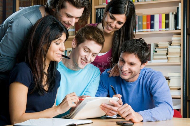 Estudantes que estudam e que trabalham junto fotografia de stock