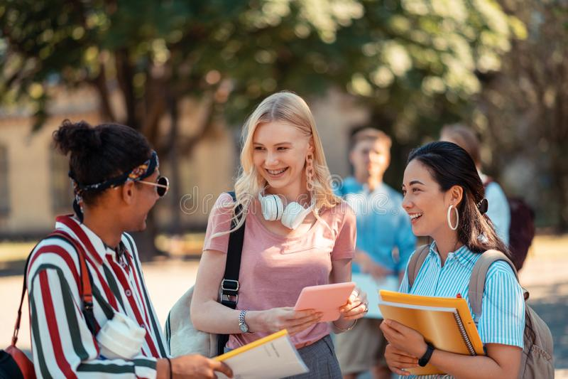 Estudantes que falam entre si após suas classes imagens de stock