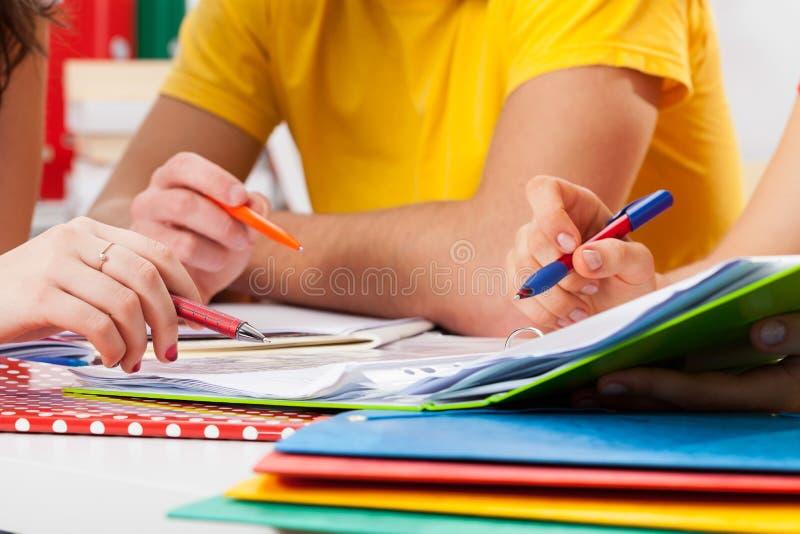 Estudantes que fazem trabalhos de casa imagem de stock royalty free