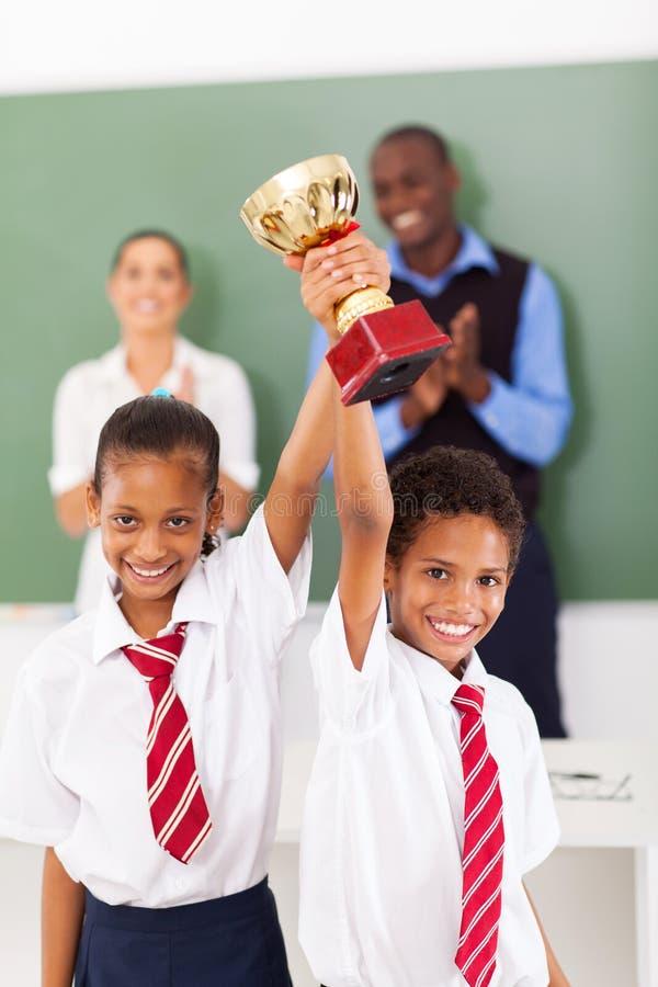 Estudantes que guardaram o troféu fotografia de stock