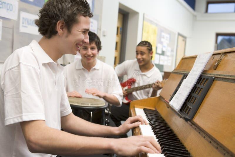 Estudantes que jogam instrumentos musicais fotos de stock royalty free