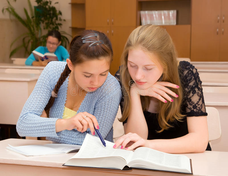 Estudantes que lêem um livro fotografia de stock