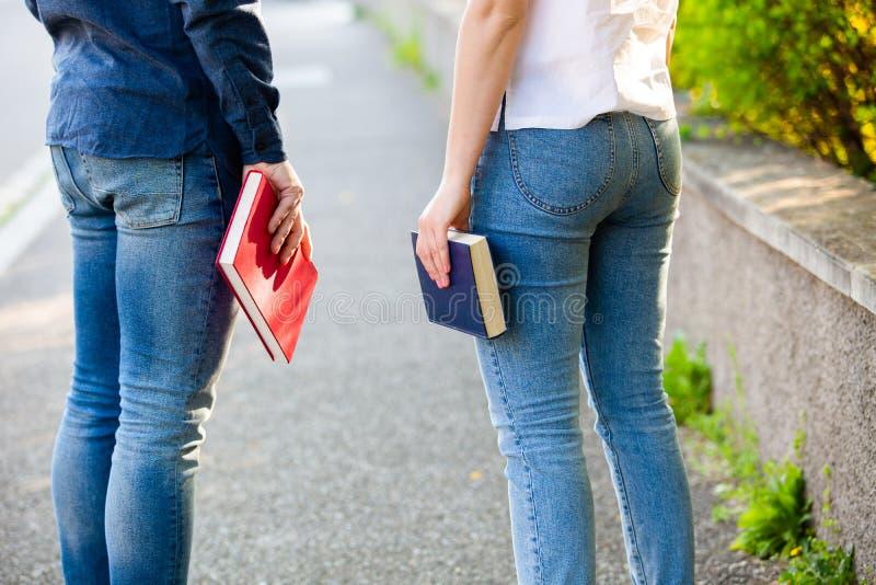 Estudantes que prendem livros foto de stock royalty free