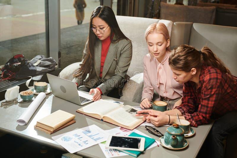 Estudantes que preparam-se para exames foto de stock royalty free