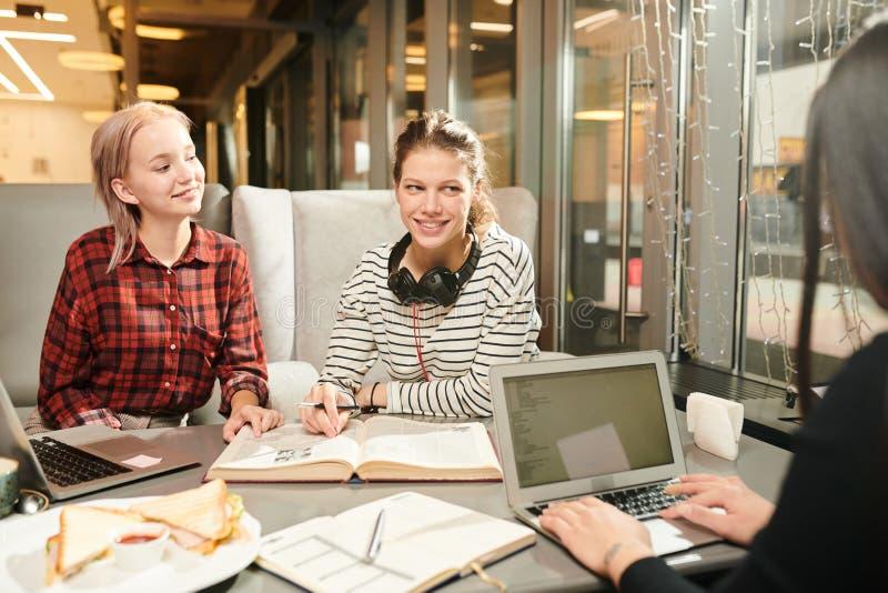 Estudantes que preparam-se para exames no café fotografia de stock royalty free