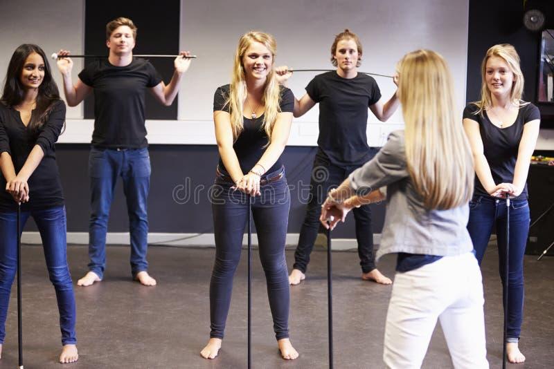 Estudantes que tomam a classe de dança na faculdade do drama imagens de stock