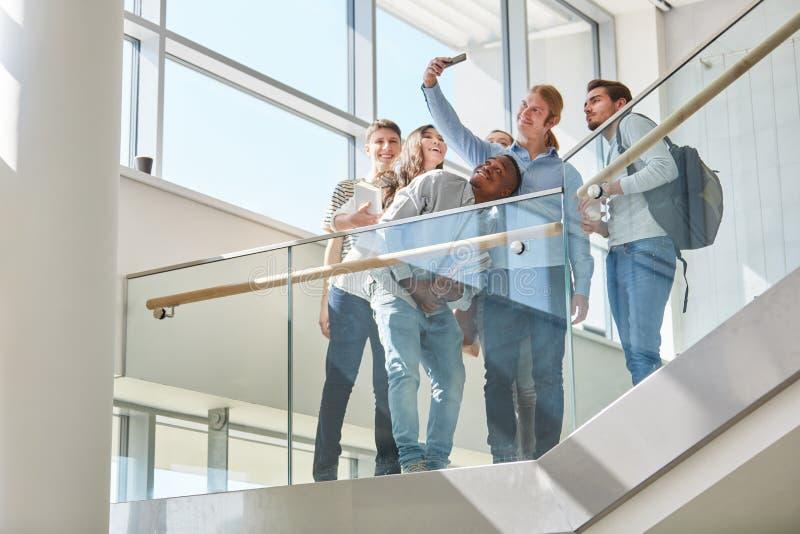 Estudantes que tomam um selfie na escola imagem de stock