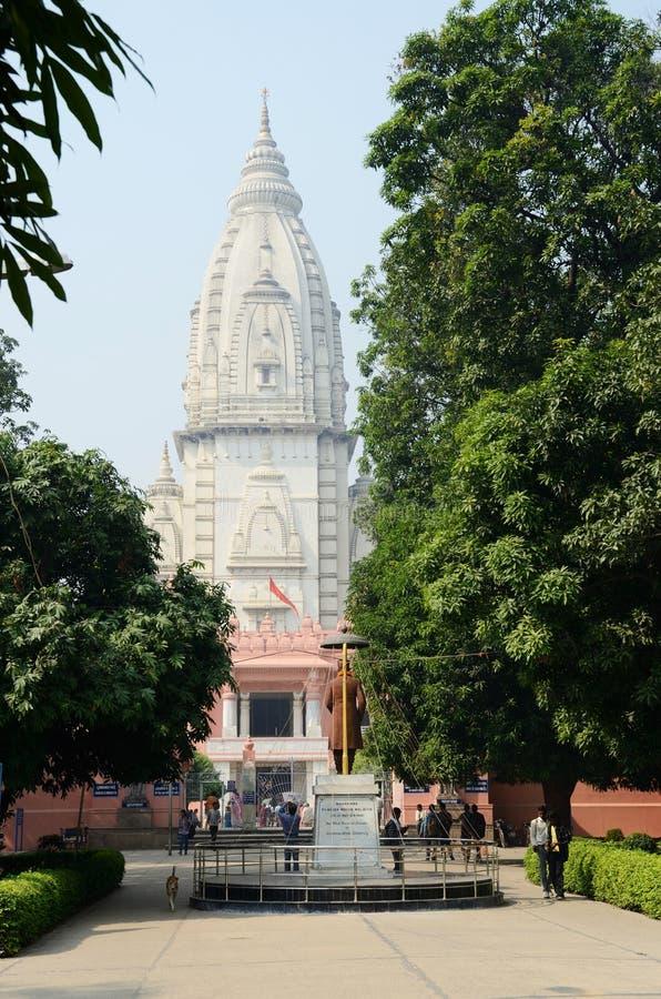 Estudantes que visitam o templo na universidade hindu de Banaras, Índia foto de stock royalty free