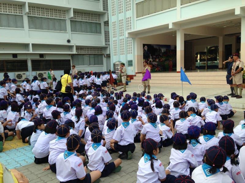 Estudantes tailandeses da escola primária no escuteiro de filhote que encontra a atividade imagens de stock