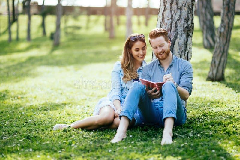 Estudantes universitário bonitas que flertam foto de stock royalty free