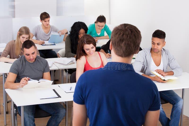Estudantes universitário de ensino do professor imagem de stock royalty free