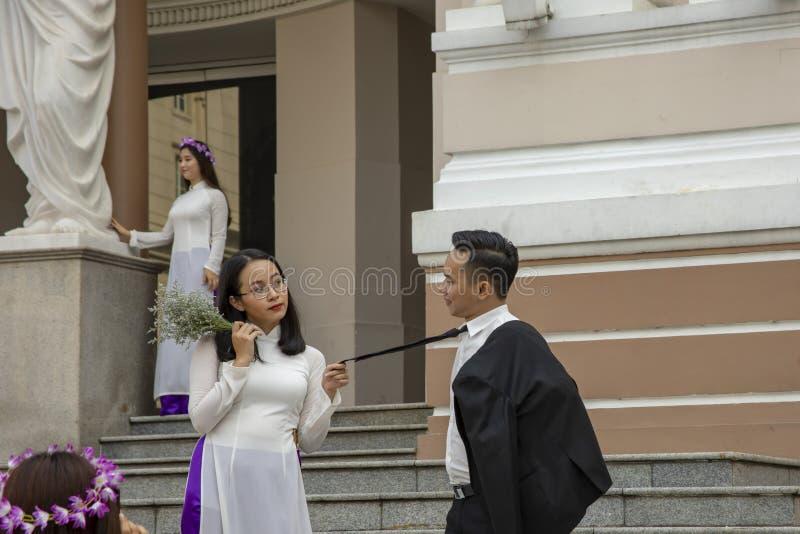 Estudantes universitário de graduação em etapas do teatro da ópera em Ho Chi Minh City Vietnam fotografia de stock