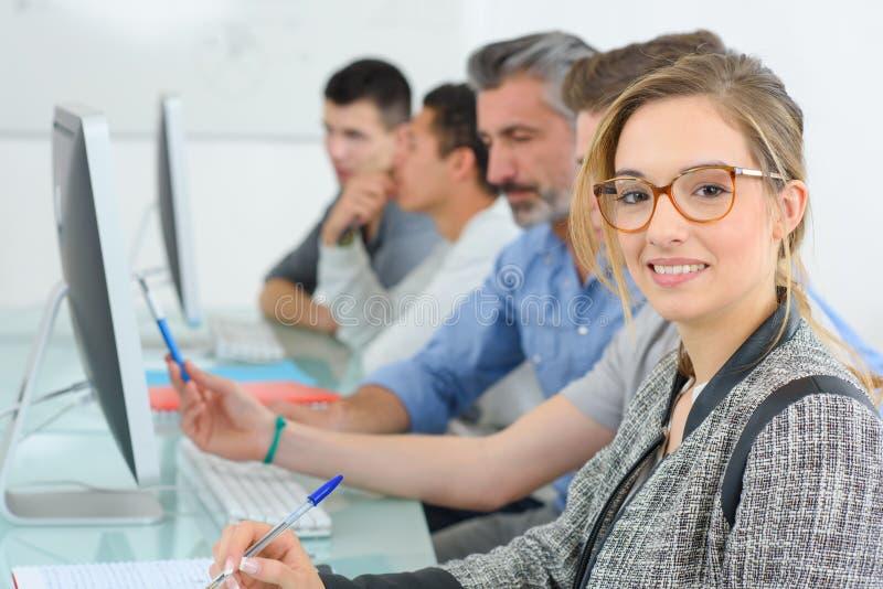 Estudantes universitário do grupo que atendem à classe do computador fotografia de stock royalty free