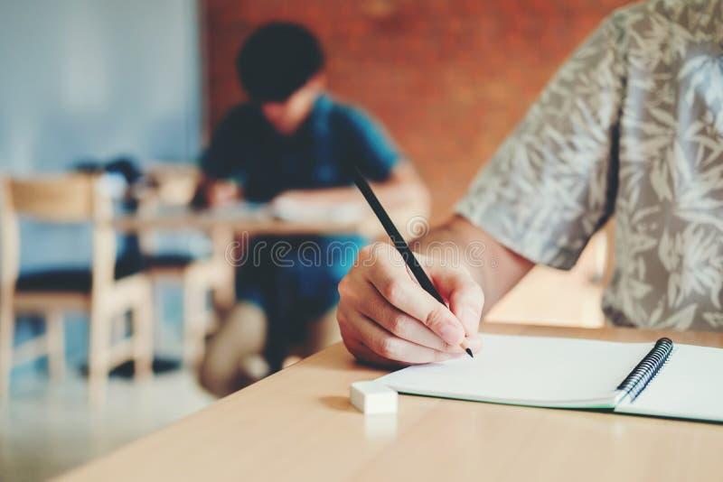 Estudantes universitário do teste final que testam o exame na universidade imagem de stock royalty free