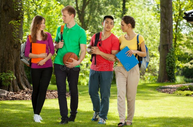 Estudantes universitário felizes fora fotografia de stock