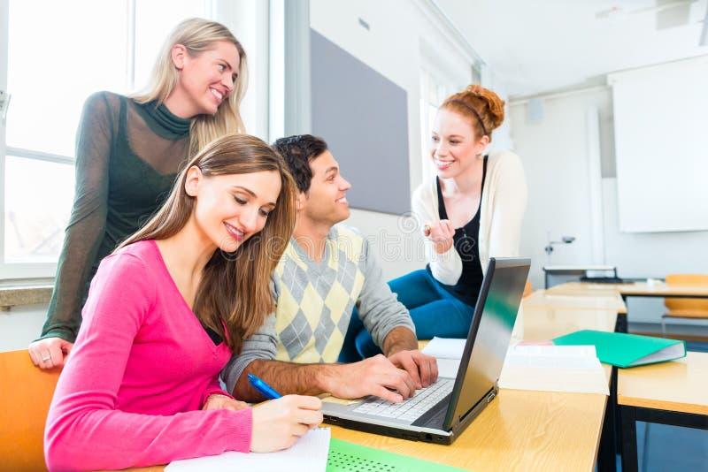 Estudantes universitário na aprendizagem dos trabalhos de equipa imagens de stock